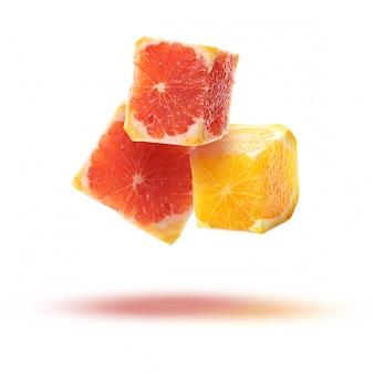 Fatias de frutas em forma de cubos