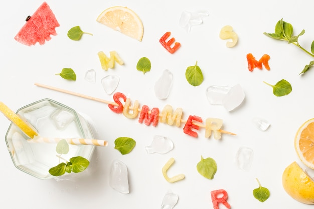 Fatias de frutas entre gelo e título de verão