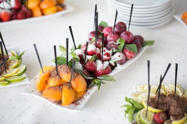 Fatias de frutas frescas. casamento com coquetel.