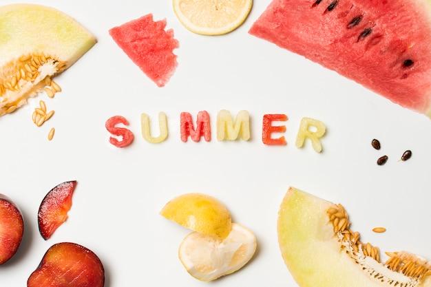 Fatias de frutas perto do título de verão
