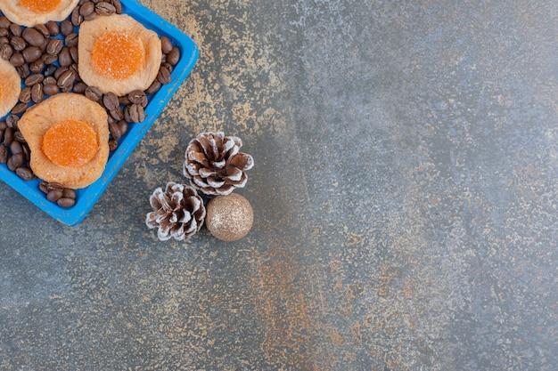 Fatias de frutas secas com balas de geleia e grãos de café. foto de alta qualidade