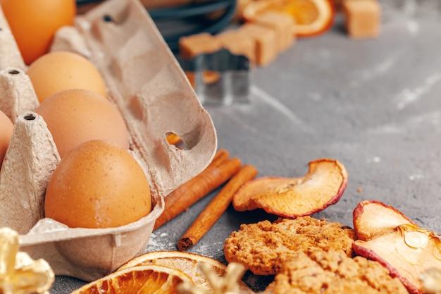 Fatias de frutas secas com biscoitos close-up na mesa da cozinha