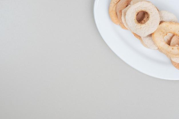 Fatias de frutas secas em prato branco