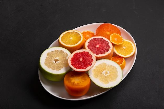 Fatias de frutas, smoothie de frutas, salada de frutas com laranja, limão.