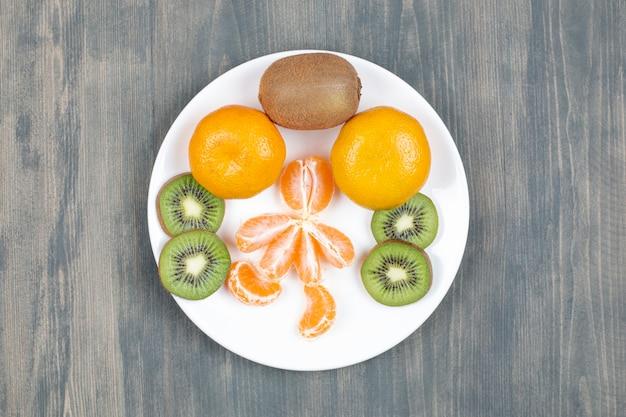 Fatias de frutas variadas em mesa de madeira