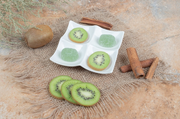 Fatias de kiwi, canela e marmelada na serapilheira.