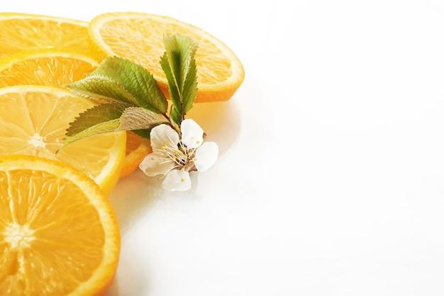 Fatias de laranja e limão isoladas em um branco.