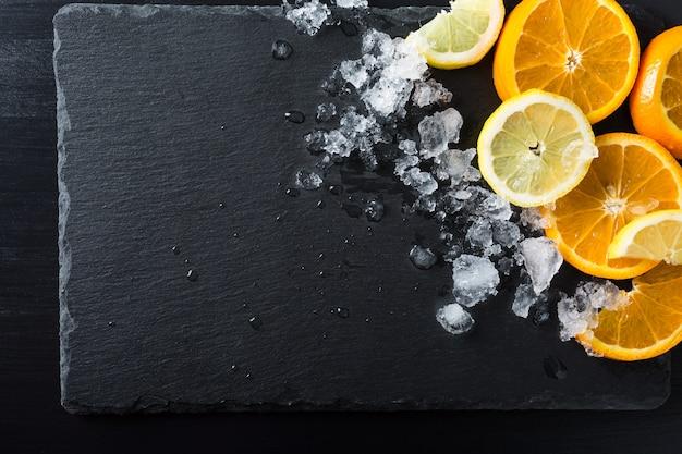 Fatias de laranja e limão