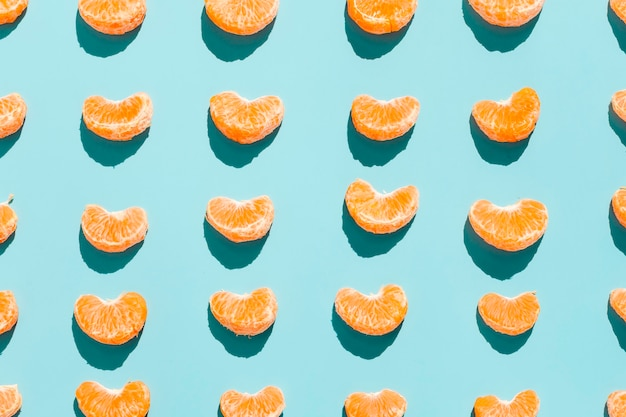 Fatias de laranja em fundo azul