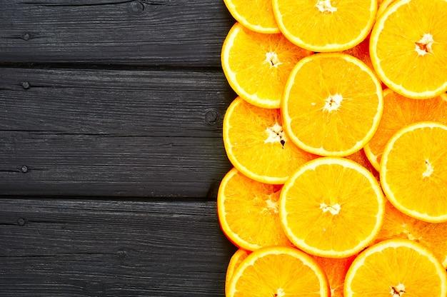 Fatias de laranja em um fundo de madeira