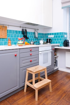 Fatias de laranja em uma cozinha moderna em estilo escandinavo