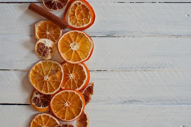 Fatias de laranja em uma superfície de madeira branca