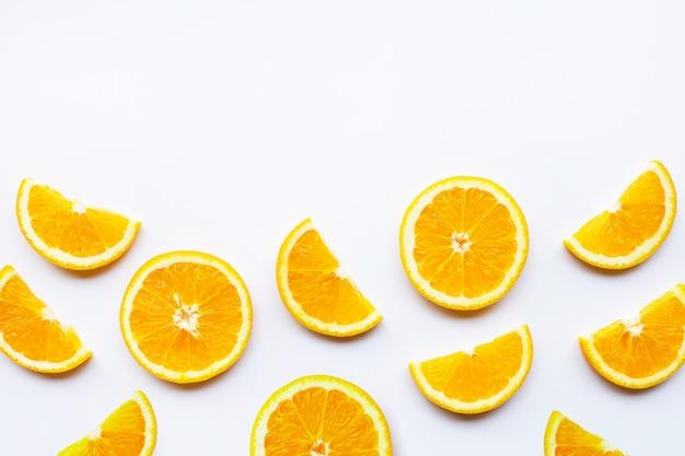 Fatias de laranja frescas em branco
