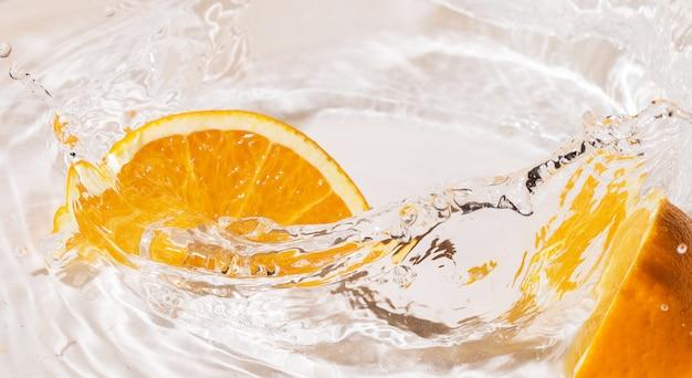 Fatias de laranja na água
