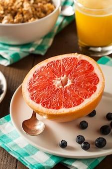 Fatias de laranja na mesa de madeira