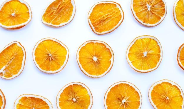 Fatias de laranja secas em branco