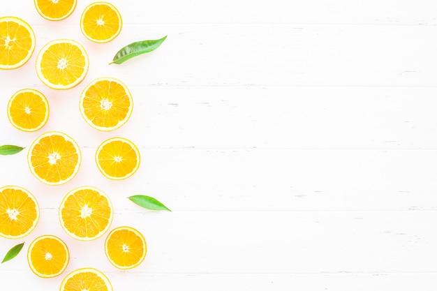 Fatias de laranjas frescas no fundo branco