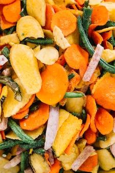 Fatias de legumes mistos marinados caseiros