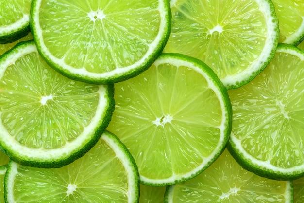 Fatias de limão abstraem base na cor verde pastel. textura suculenta de verão.