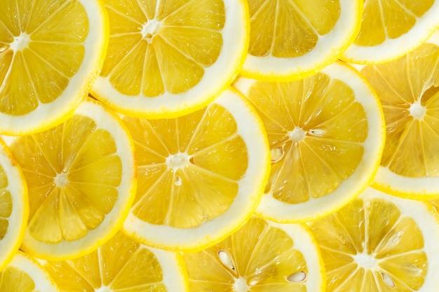 Fatias de limão amarelo fresco