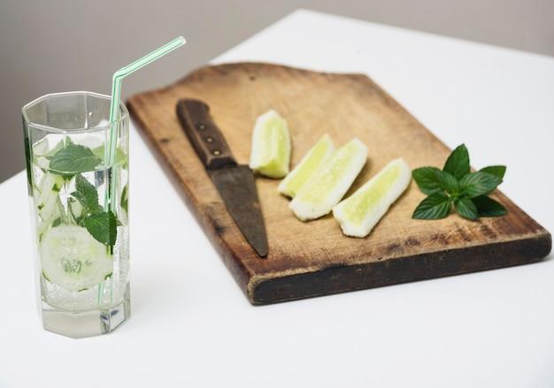 Fatias de limão e bebida