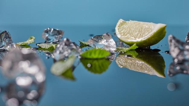 Fatias de limão fresco com espaço para gelo isolado