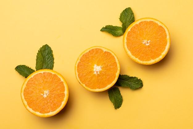 Fatias de limão fresco em fundo amarelo