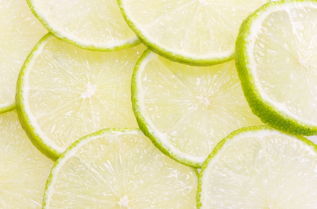 Fatias de limão isoladas em fundo branco