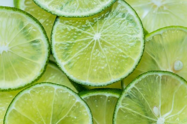 Fatias de limão recém cortado