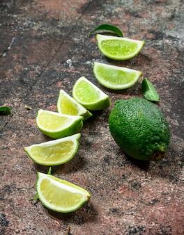 Fatias de limão suculento fresco. em fundo rústico