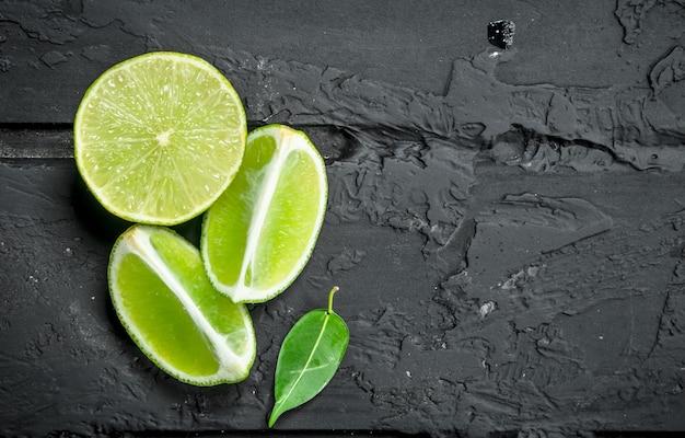 Fatias de limão suculento fresco. sobre fundo preto rústico