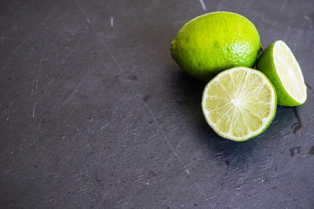 Fatias de limão verde em cima da mesa