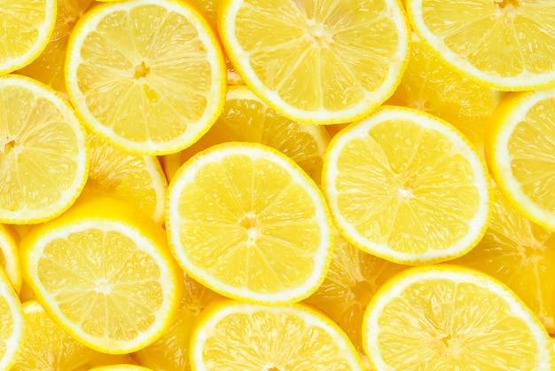 Fatias de limões amarelos suculentos frescos. fundo de textura.