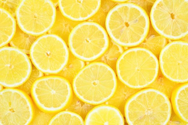 Fatias de limões amarelos suculentos frescos.