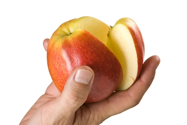 Fatias de maçã na mão isolado na superfície branca