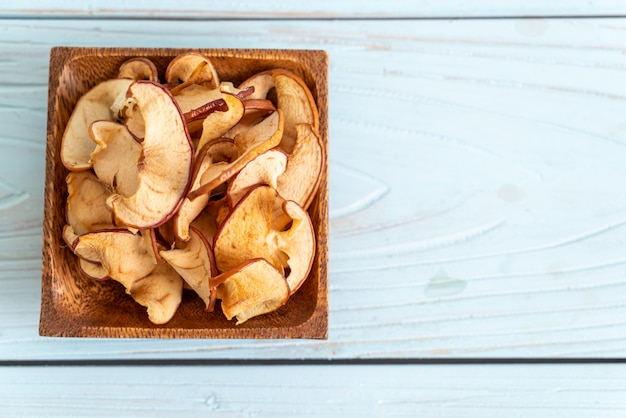 Fatias de maçã orgânica desidratada caseira