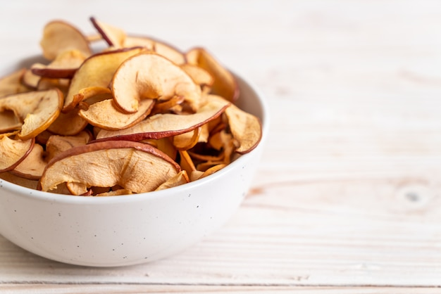 Fatias de maçã orgânica seca caseira