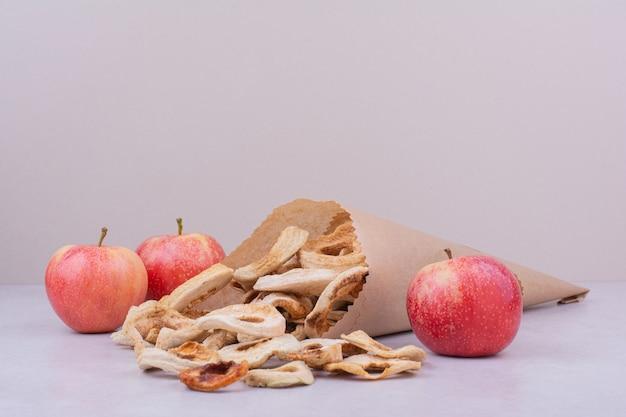 Fatias de maçã secas dentro da embalagem de papel