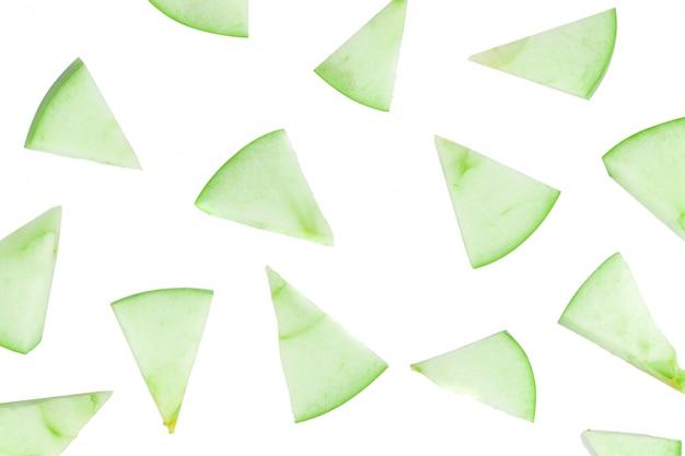 Fatias de maçã verde isoladas no fundo branco