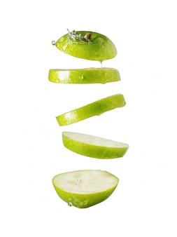 Fatias de maçã verde sobre fundo branco isolado
