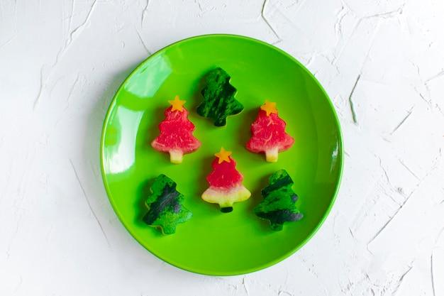 Fatias de melancia em forma de árvore de natal