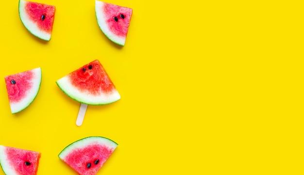 Fatias de melancia em fundo amarelo. vista do topo