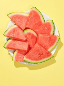 Fatias de melancia em prato branco, vista superior