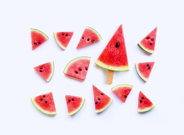 Fatias de melancia fresca em branco