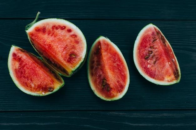 Fatias de melancia fresca em fundo escuro. frutas de verão