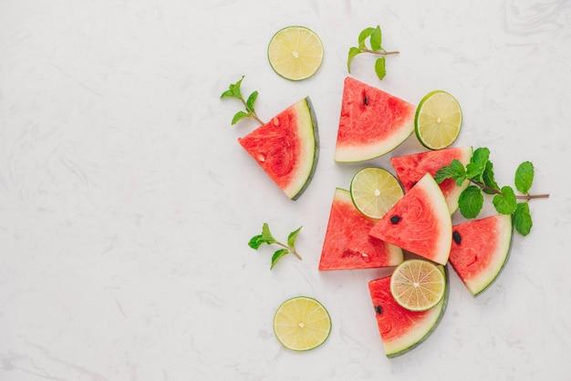 Fatias de melancia fresca na mesa de mármore no verão