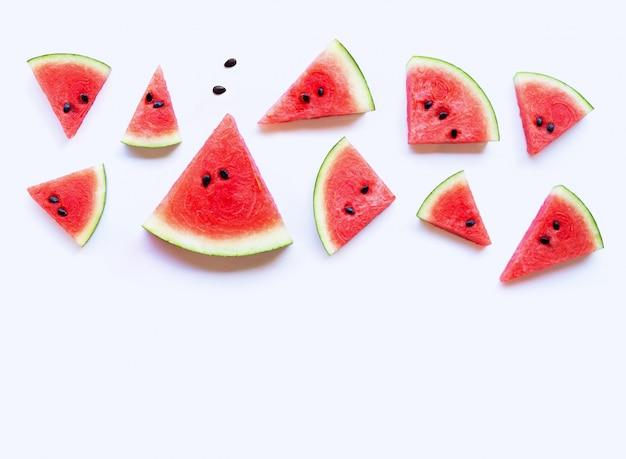Fatias de melancia fresca no fundo branco