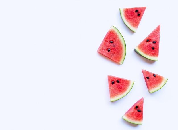 Fatias de melancia fresca no fundo branco.