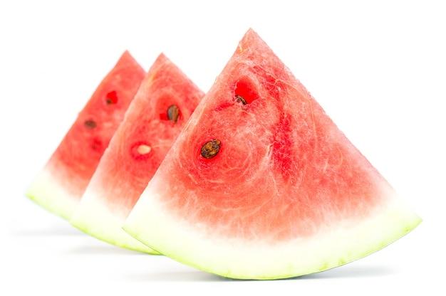Fatias de melancia isoladas em recorte de superfície branca