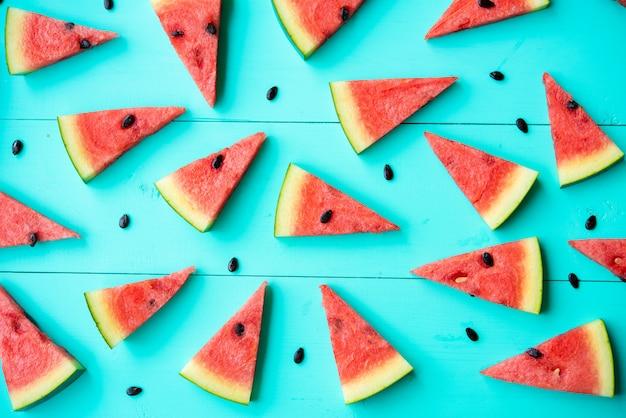 Fatias de melancia na mesa azul